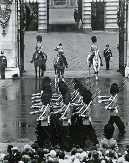 hm the queen trooping the colour buckingham palace